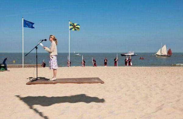 женщина парит над песком