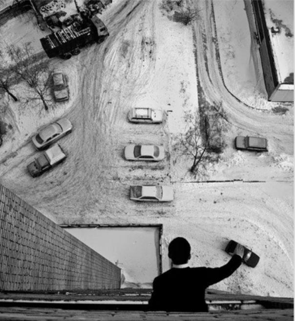 мужик двигает машины