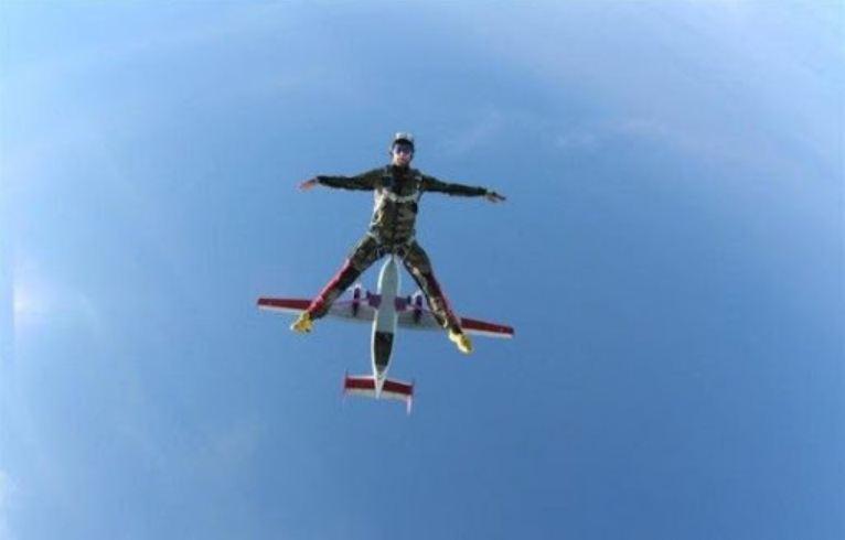 самолёт толкает парашютиста