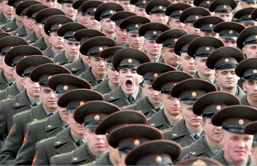 зевающий солдат