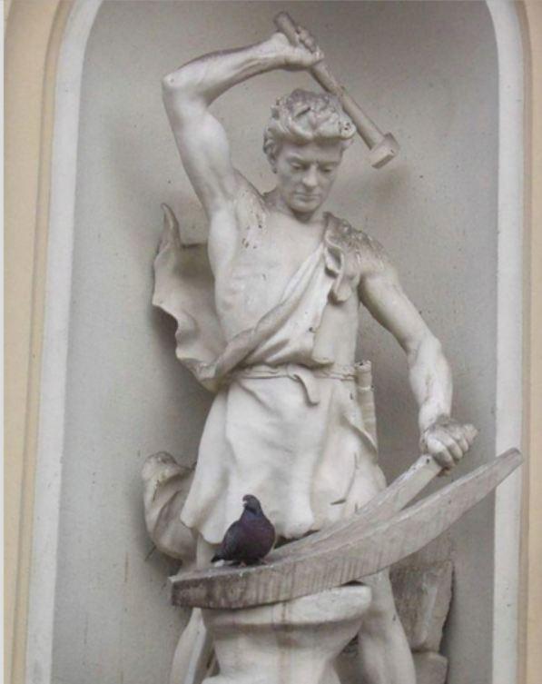 памятник куёт голубя
