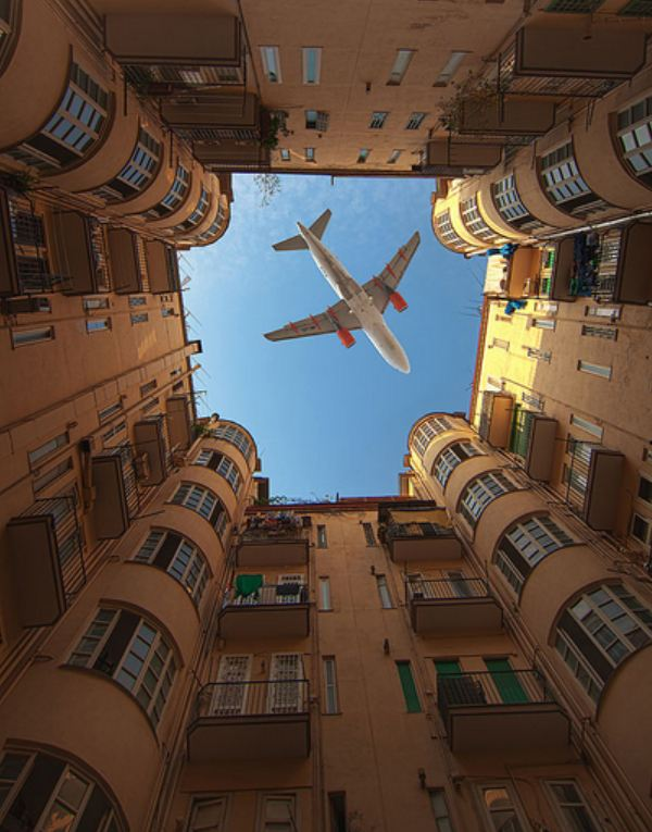 самолёт в колодце дома