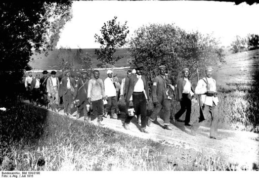 Русские солдаты, взятые в плен при прорыве линии обороны в Горлице. 5 мая 1915 год.