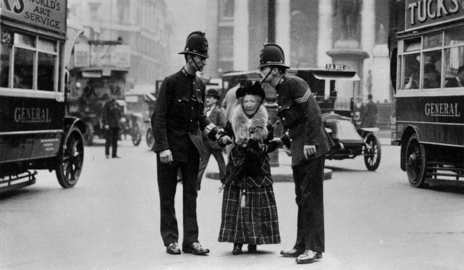 Лондон. 1910 год. Полицейские помогают перейти улицу пожилой даме.