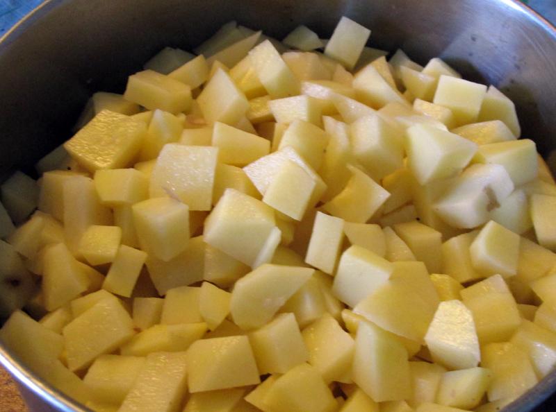 овощной суп - нарезанный картофель