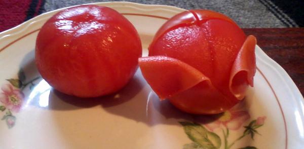Для яичницы с помидорами снимаем с томатов кожуру