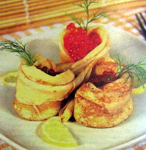 блинчики с салатом из лосося и икрой