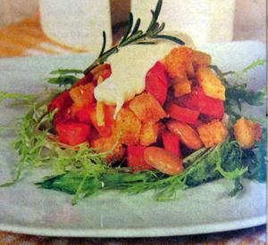 салат с колбасой и чесночными сухариками