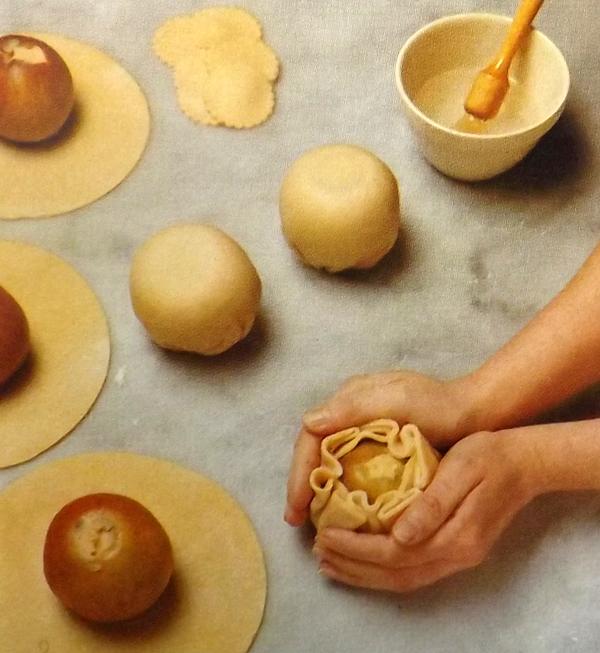 Как приготовить яблоки запечённые в тесте с начинкой из корицы