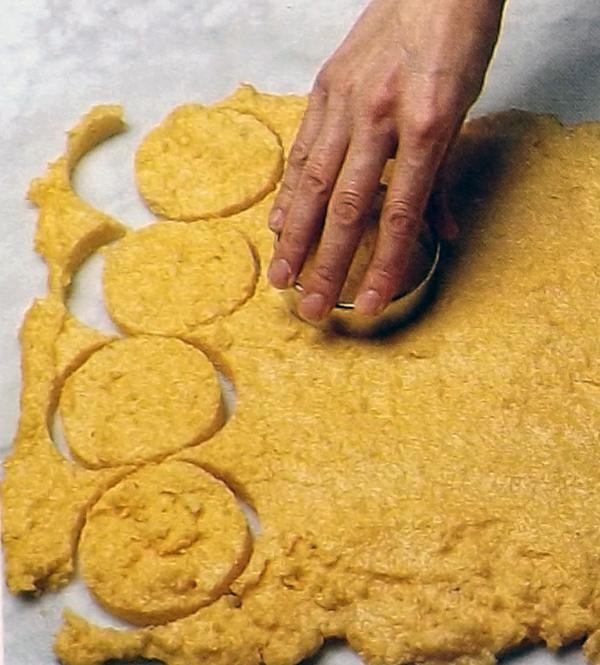 нарезаем формочки из поленты